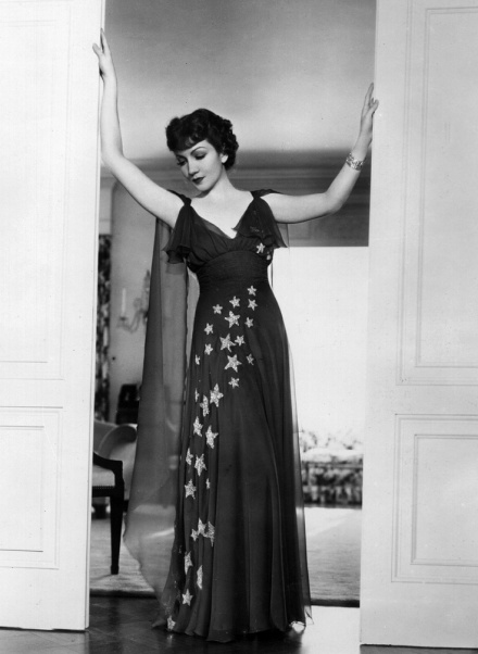 circa 1934:  Claudette Colbert (1903 - 1996), originally Claudette Lily Chauchoin,  the American Paramount Pictures actress, poses for the cameras.  (Photo by Hulton Archive/Getty Images)